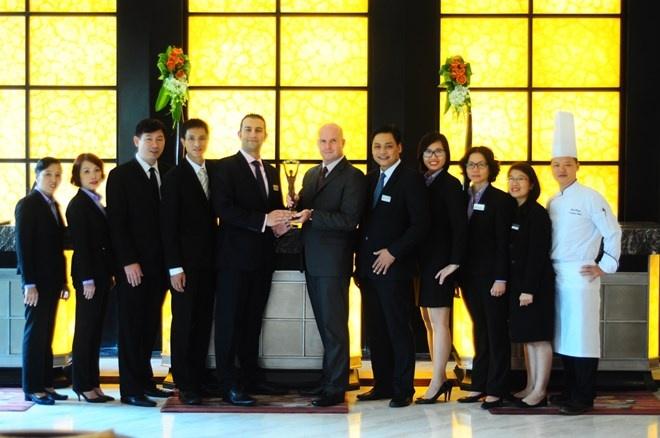 Movenpick Ha Noi doat giai khach san sang trong hang dau hinh anh 1 Ban quản lý khách sạn với chiếc cup vinh danh khách sạn cao cấp nhất thành phố. (Ảnh:Mövenpick Hà Nội)