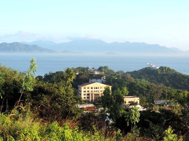 Tham bao tang sinh vat bien lon nhat Viet Nam hinh anh 1 Viện Hải dương học nhìn từ trên cao .
