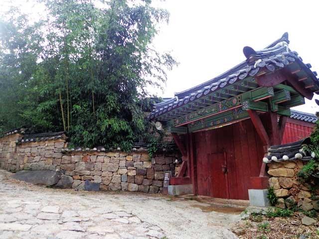 Chiem nguong ngoi chua 1.300 tuoi o Han Quoc hinh anh 1 Chùa Beomeosa không chỉ là một trong năm ngôi chùa lớn nhất Hàn Quốc, mà còn là trường đại học Phật giáo cho tăng sinh tu học, với thời khóa học tập và tu thiền gắt gao từ 3 giờ sáng đến 9 giờ tối mỗi ngày.