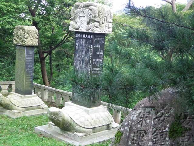 """Chiem nguong ngoi chua 1.300 tuoi o Han Quoc hinh anh 2 Chùa Beomeosa tọa lạc trên sườn núi Geumjeongsan, cách thành phố Busan khoảng 30 phút taxi. Sở dĩ có tên gọi núi Geumjeongsan (giếng vàng) bởi trên núi có một cái giếng nước không bao giờ cạn. Truyền thuyết kể rằng, ngày xưa, một con cá vàng từ trên trời rơi xuống sống trong giếng nên người ta gọi là """"Giếng vàng"""". Cũng vì lẽ đó mà chùa mang tên Beomeosa (Phạm Ngư Tự)."""