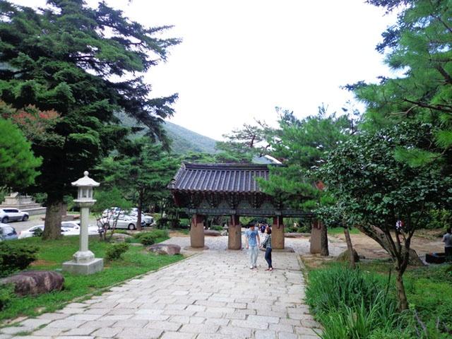 Chiem nguong ngoi chua 1.300 tuoi o Han Quoc hinh anh 3 Beomeosa được khởi công xây dựng năm 678, cách đây hơn 1300 năm. Qua 2 lần bị hỏa hoạn thiêu rụi và được xây lại, chùa mang nét kiến trúc của nhiều thời đại, vừa truyền thống vừa hiện đại.