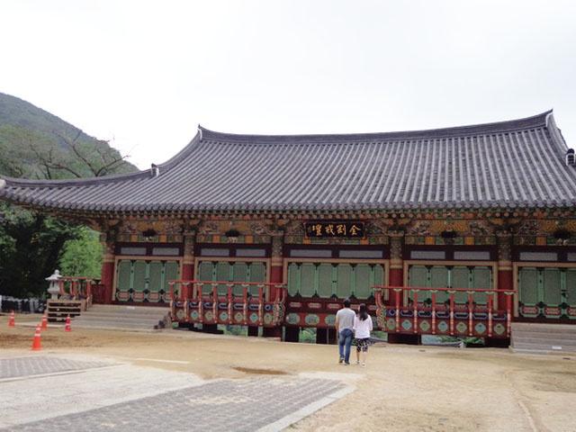 Chiem nguong ngoi chua 1.300 tuoi o Han Quoc hinh anh 6 Bước qua cổng Tứ Thiên Vương (cổng 4 cột đá) là ngôi cổ tự. Không gian chùa rộng rãi, hết sức tĩnh lặng và trang nghiêm, dù nườm nượp khách thăm quan. Chùa có nhiều khu vực như khu Tam quan, Chính điện, Tam bảo, Chùa Ba tầng…