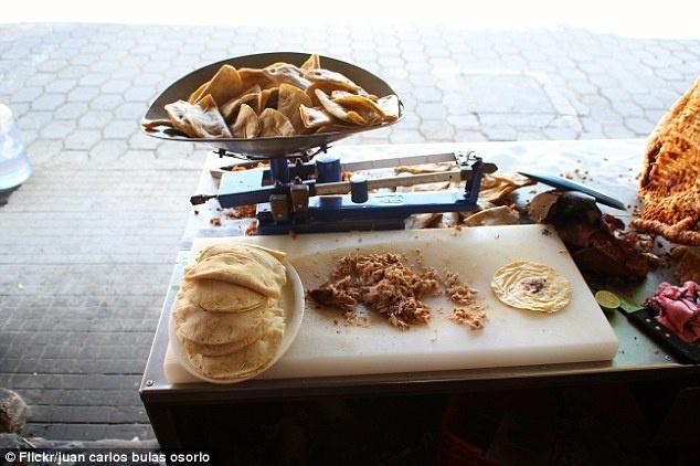 Cac mon an truyen thong kho nuot khap nam chau hinh anh 4 Nếu biết nhân của món bánh taco này là não bò thì bạn có dám ăn thử không?