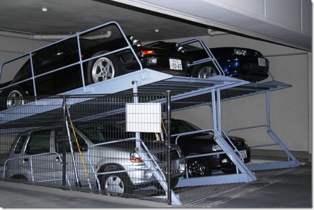 Nhung dieu la lung o Nhat Ban hinh anh 1 Những bãi để xe khác thường: Là một đất nước có diện tích khá nhỏ hẹp, hiện Nhật Bản có hơn 126 triệu dân. Do đó, tiết kiệm không gian là một vấn đề khiến các nhà quản lý đau đầu và chỗ đỗ xe không phải ngoại lệ. Nếu lái xe tới một siêu thị, chắc chắn bạn sẽ gặp những chỗ để xe kép tương tự như trong bức ảnh này.