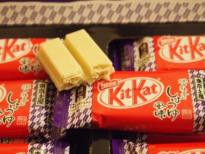 Nhung dieu la lung o Nhat Ban (phan 2) hinh anh 5 Kẹo Kit Kat với hương vị đặc biệt: Kit Kat là một loại kẹo sô-cô-la nổi tiếng thế giới, nhưng ở Nhật chúng có nhiều hương vị khó tưởng tượng như khoai tây nướng, xì dầu hay wasabi.