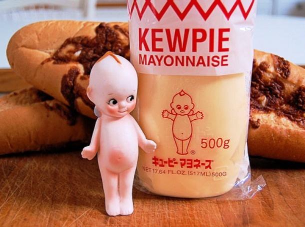 Nhung dieu la lung o Nhat Ban hinh anh 2 Mayonnaise: Xét về nguyên liệu, mayonnaise (sốt trứng gà) của Nhật không khác gì so với Mỹ hay các quốc gia châu Âu, nhưng cách họ sử dụng nó khá lạ. Trong khi người Mỹ thường dùng món sốt này cho bánh mì sandwich và bánh mì kẹp thịt, người Nhật dùng mayonnaise Kewpie truyền thống cho kem, khoai tây chiên, sốt mì Ý, mì và thậm chí cả bánh kếp.