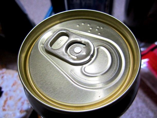 Nhung dieu la lung o Nhat Ban (phan 2) hinh anh 8 Chữ nổi trên lon bia: Nếu mua một lon bia ở Nhật, hẳn bạn sẽ ngạc nhiên khi thấy có những biểu tượng lạ in trên nắp lon. Đừng lo, đó chỉ là chữ nổi Braille dành cho người mù.