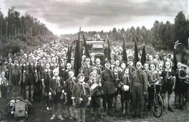 Nhung dieu la lung o Nhat Ban (phan 2) hinh anh 11 Hòn đảo nơi người dân phải đeo mặt nạ: Nằm ở phía đông nam Honshu, đảo Miyake-jima có một núi lửa đang hoạt động, núi Oyama. Từ đợt phun trào gần đây nhất vào năm 2005, ngọn núi liên tục tạo ra các khí ga độc hại, buộc các cư dân phải đeo mặt nạ liên tục. Báo động sẽ vang lên nếu mức lưu huỳnh trong không khí tăng cao.