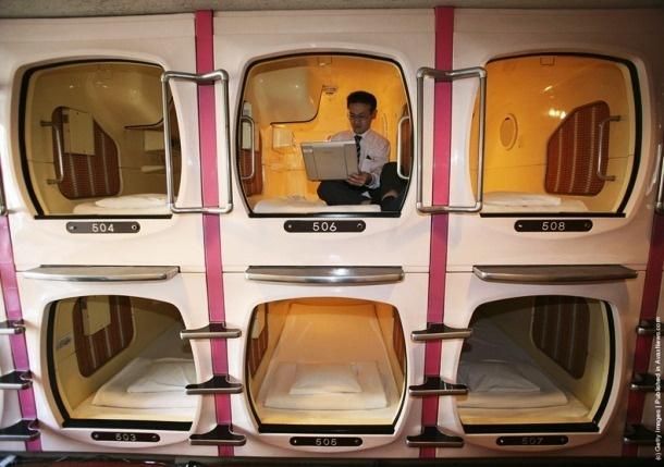 Nhung dieu la lung o Nhat Ban (phan 2) hinh anh 12 Khách sạn con nhộng: Khách sạn con nhộng có lẽ là phát minh điên rồ nhất của người Nhật. Xuất hiện từ năm 1979, các khách sạn này đón tiếp đủ mọi khách hàng, từ những nhân viên công sở, du khách tới những người say rượu không đủ sức về nhà.