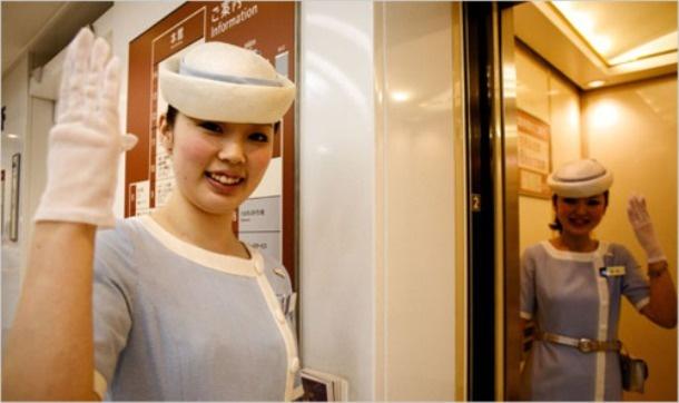 Nhung dieu la lung o Nhat Ban hinh anh 4 Nữ nhân viên thang máy: Ở các quốc gia châu Âu, nhân viên thang máy gần như đã biến mất. Các khách sạn và siêu thị không cung cấp dịch vụ này nữa để tiết kiệm chi phí. Tuy nhiên, ở Nhật dịch vụ tuyệt vời này vẫn được áp dụng.