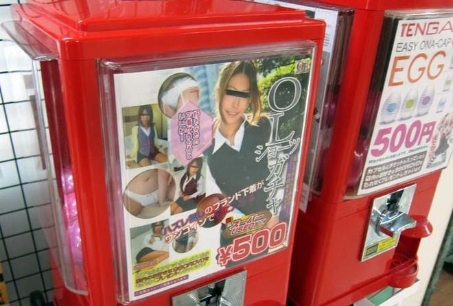 Nhung may ban hang tu dong ky la o Nhat Ban hinh anh 3 Máy bán đồ lót cũ của nữ sinh: Đã có nhiều tranh cãi về loại máy bán hàng tự động này. Năm 1993, loại máy bán đồ lót cũ của nữ sinh đã bị cấm tại Nhật, nhưng nhiều người địa phương và khách du lịch khẳng định họ vẫn bắt gặp chúng.