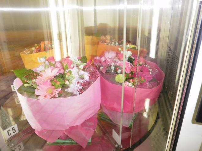 Nhung may ban hang tu dong ky la o Nhat Ban hinh anh 4 Máy bán hoa tươi: Loại máy bán hàng tự động này hẳn rất phù hợp với những ông chồng bận rộn mà vẫn muốn làm vui lòng vợ. Các bó hoa tươi và chậu cây nhỏ luôn có sẵn 24/7.