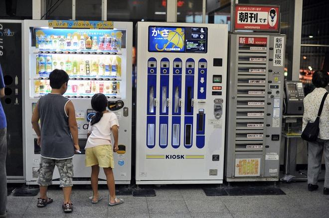 Nhung may ban hang tu dong ky la o Nhat Ban hinh anh 7 Máy bán ô: Trời mưa và không có cửa hàng nào đang mở? Không thành vấn đề, bạn có thể mua ô tại các máy bán hàng tự động này.