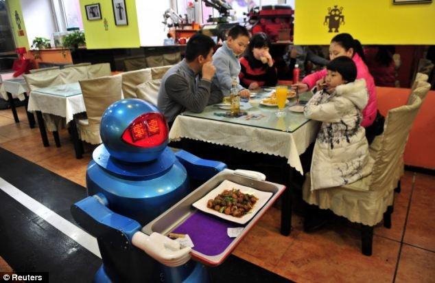 Thức ăn do người máy nấu nướng và phục vụ: Năm 2011, nhà phát minh Cui Runquan đã chế tạo ra Chef Cui, một người máy có khả năng nấu mì. Sau đó hơn 3.000 người máy loại này đã được sản xuất và bán với giá khoảng 2.000 đôla một con. Một chuỗi cửa hàng ăn nhanh ở Thượng Hải đã sử dụng người máy để rửa bát, trộn nguyên liệu, nấu nước và sau đó dọn ra đĩa trong 3 phút.