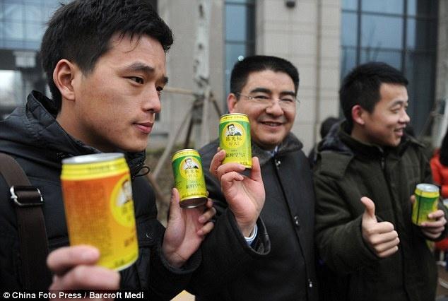 """Không khí đóng hộp: Công ty Chen Guangbaio đã tung ra một dòng sản phẩm không khí đóng hộp mới, về cơ bản đó là một lon chưa đầy không khí. Điều này cho thấy sự ô nhiễm không khí ở Trung Quốc trầm trọng đến mức nào. Có khá nhiều lựa chọn không khí đóng hộp cho người dùng, như """"Tây Tạng thủa ban sơ"""" hoặc """"Đài Loan trước thời công nghiệp hóa""""."""