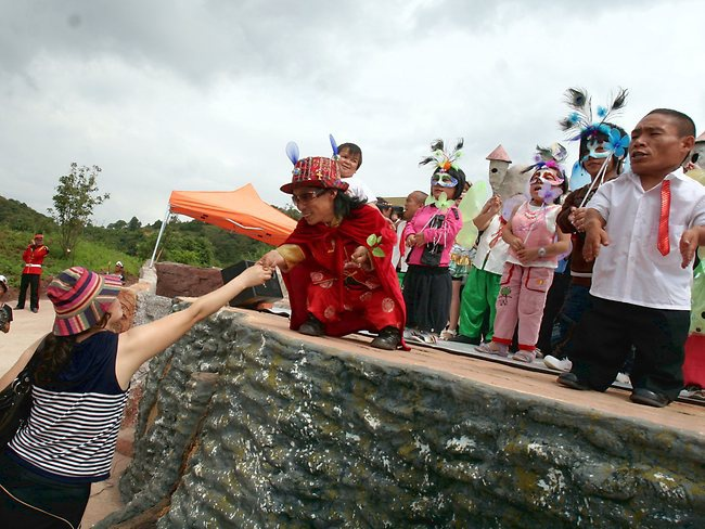 Tour du lịch ở vương quốc người lùn: Vương quốc người lùn giống như một công viên giải trí và một quận huyện nằm ở tỉnh Vân Nam, Trung Quốc. Khu vực rộng khoảng 52 km2 này giống như một thế giới thu nhỏ với người dân chủ yếu là người lùn.