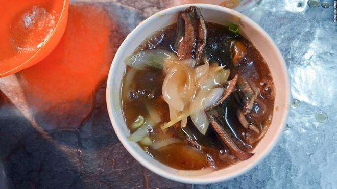 Nhung mon an via he ngon chay nuoc mieng o Dai Loan hinh anh 14 Miến lươn: Để thịt lươn có độ giòn, nhiều nhà hàng đã rán qua trước khi cho vào nước dùng.