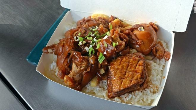 Nhung mon an via he ngon chay nuoc mieng o Dai Loan hinh anh 8 Cơm chân giò: Chân giò lợn được rưới xì dầu, ăn kèm rau thơm và rau là món ăn vừa ngon miệng vừa no bụng.