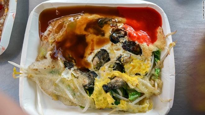 Nhung mon an via he ngon chay nuoc mieng o Dai Loan hinh anh 6 Trứng ốp sò: Món ăn hấp dẫn này được làm từ trứng, bột khoai lang, giá, rau diếp và sò.