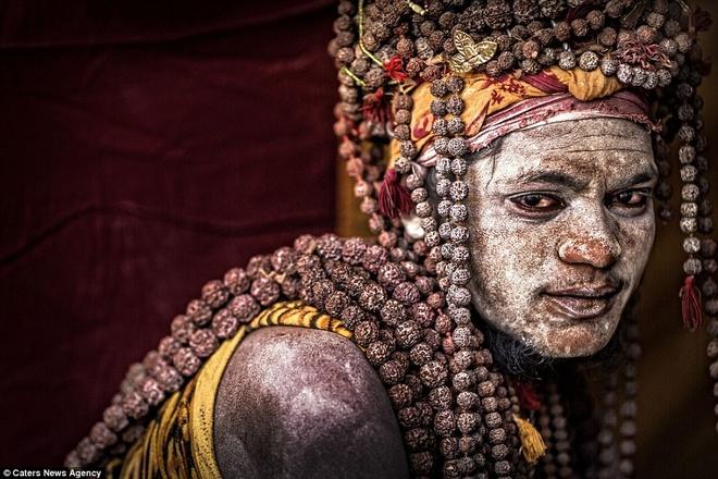 Bộ ảnh chụp những tăng lữ với mặt tô màu và tràng hạt quấn quanh cổ này được thực hiện bởi nhiếp ảnh gia người Italy, Cristiano Ostinelli. Ông đã dành thời gian sống cùng bộ tộc đặc biệt này để tìm hiểu về họ.