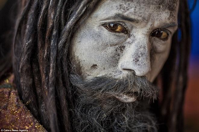 Người Aghori xa lánh các tài sản vật chất và thường khỏa thân. Đây là một biện pháp để tách khỏi những ảo giác trần tục và thể hiện cơ thể con người ở dạng thuần khiết nhất