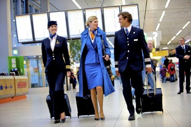 So dong phuc nu cua Vietnam Airlines voi cac hang SkyTeam hinh anh 17 KLM Royal Dutch Airlines (Hà Lan): Màu xanh dương và thiết kế lịch sự, sang trọng giúp hãng hàng không KLM của Hà Lan ghi điểm trong mắt khách hàng.