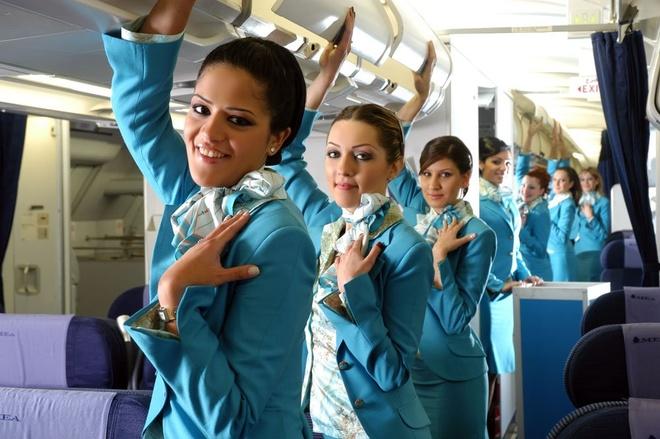 So dong phuc nu cua Vietnam Airlines voi cac hang SkyTeam hinh anh 19 Middle East Airlines (Lebanon): Hãng Middle East Airlines chọn màu xanh ngọc làm màu sắc chủ đạo cho bộ đồng phục duyên dáng và thanh lịch của các nữ tiếp viên.