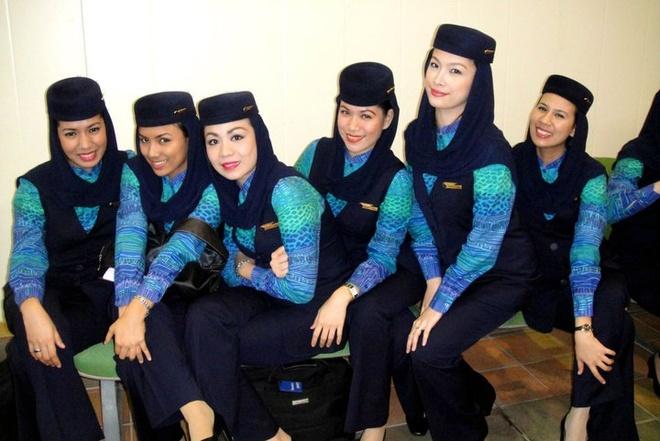 So dong phuc nu cua Vietnam Airlines voi cac hang SkyTeam hinh anh 20 Saudi Airlines (Saudia): Đồng phục của hãng Saudi Airlines khá kín đáo, với quần và áo dài tay kèm khăn đội đầu, phù hợp với văn hóa của quốc gia này.