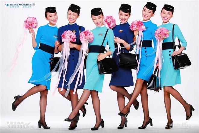 So dong phuc nu cua Vietnam Airlines voi cac hang SkyTeam hinh anh 22 Xiamen Airlines (Trung Quốc): Tông màu xanh và kiểu dáng hiện đại nhưng duyên dáng, kín đáo giúp các nữ tiếp viên của hãng Xiamen có vẻ ngoài trẻ trung nhưng chuyên nghiệp.