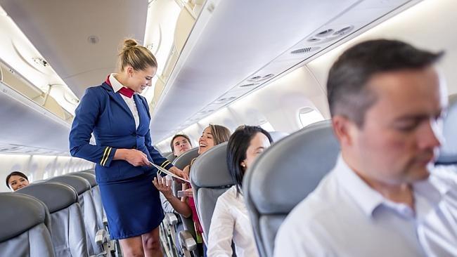 So dong phuc nu cua Vietnam Airlines voi cac hang SkyTeam hinh anh 5 Aerolíneas Argentinas (Argentina): Bộ váy với tông màu xanh trắng của hãng Aerolíneas Argentinas đem lại cho các nữ tiếp viên vẻ lịch thiệp, dịu dàng và chuyên nghiệp.