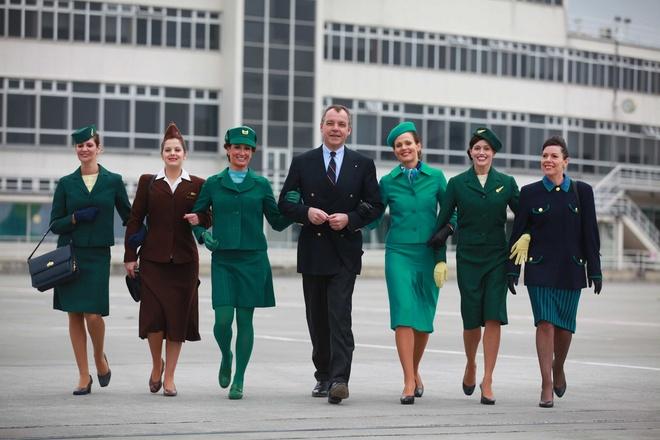 So dong phuc nu cua Vietnam Airlines voi cac hang SkyTeam hinh anh 9 Alitalia (Ý): Với màu chủ đạo là xanh lá cây – màu biểu tượng của hãng, đồng phục của hãng Alitalia có thiết kế trẻ trung, tiện dụng.
