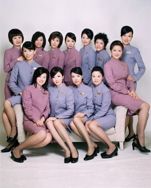 So dong phuc nu cua Vietnam Airlines voi cac hang SkyTeam hinh anh 10 China Airlines (Trung Quốc): Đồng phục của hãng China Airlines được thiết kế với tông màu tím và hồng nhạt, đem lại cho các nữ tiếp viên vẻ thanh lịch và dịu dàng.