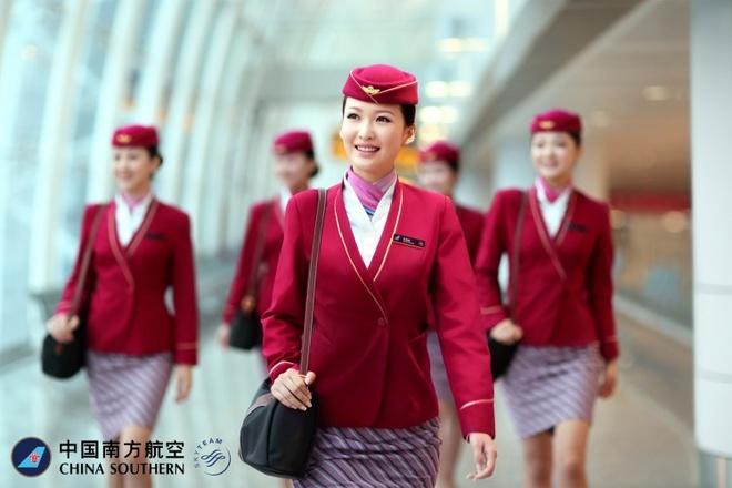 So dong phuc nu cua Vietnam Airlines voi cac hang SkyTeam hinh anh 12 China Southern Airlines (Trung Quốc): Tông màu hồng trẻ trung tạo cho các nữ tiếp viên vẻ ngọt ngào, dễ thương và gây ấn tượng tốt cho hành khách.
