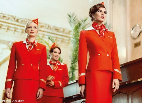 So dong phuc nu cua Vietnam Airlines voi cac hang SkyTeam hinh anh 4 Aeroflot (Nga): Đồng phục của hãng Aeroflot từng được bình chọn là bộ đồng phục hàng không đẹp nhất thế giới.  Bộ váy cùng chiếc mũ màu đỏ nổi bật và được thiết kế trang nhã khiến các nữ tiếp viên của hãng có vẻ ngoài quyến rũ, năng động và thanh lịch.