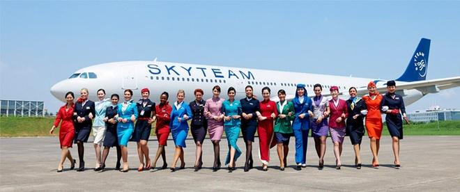 So dong phuc nu cua Vietnam Airlines voi cac hang SkyTeam hinh anh 1 SkyTeam là một liên minh hàng không có trụ sở quản lý, SkyTeam Central, đặt tại Trung tâm thương mại Sân bay Schiphol trong khuôn viên Sân bay Amsterdam Schiphol ở Haarlemmermeer, Hà Lan. Đến tháng 10 năm 2010, SkyTeam có chuyến bay đến 899 sân bay tại 169 quốc gia. Hãng hàng không Vietnam Airlines đã gia nhập liên minh SkyTeam từ năm 2010.