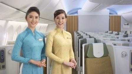 So dong phuc nu cua Vietnam Airlines voi cac hang SkyTeam hinh anh 3 Mới đây, Vietnam Airlines đã đưa vào sử dụng đồng phục mới với thiết kế cách tân và hai tông màu xanh, vàng.