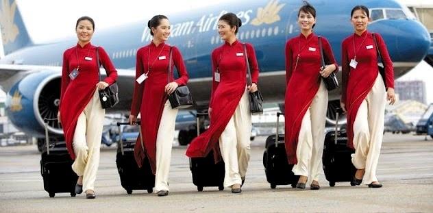 So dong phuc nu cua Vietnam Airlines voi cac hang SkyTeam hinh anh 2 Vietnam Airlines (Việt Nam): Việt Nam đã chọn áo dài truyền thống với thiết kế tôn lên vẻ duyên dáng, nữ tính của các tiếp viên làm trang phục cho hãng. Trước đây, đồng phục của hãng có màu đỏ đô sang trọng.