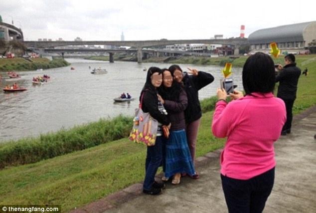 'Du lich tham hoa' ngay cang hut khach hinh anh 1 Các du khách tạo dáng chụp ảnh ở hiện trường vụ máy bay rơi tại Đài Loan.