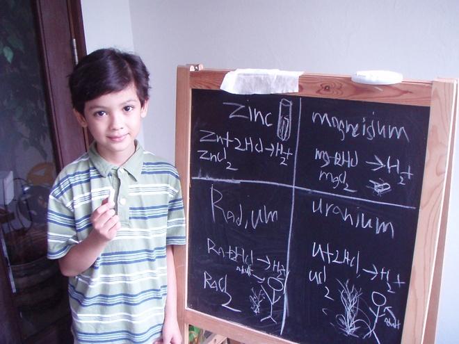 Nhung dieu la lung o Singapore hinh anh 13 Người trẻ tuổi nhất vượt qua kỳ thi O-level hóa học là người Singapore: Ainan Celeste Cawley mới chỉ 1 tuổi 1 tháng khi vượt qua kỳ thi O-level hóa học của GCE. Cậu là người trẻ nhất trên thế giới vượt qua kỳ thi này.