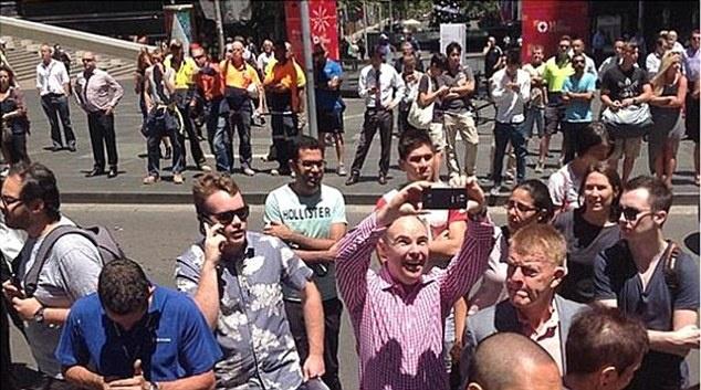 'Du lich tham hoa' ngay cang hut khach hinh anh 2 Một du khách chụp selfie tại khu vực diễn ra vụ bắt cóc con tin Sydney.