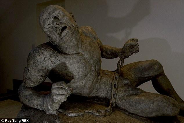 'Du lich tham hoa' ngay cang hut khach hinh anh 4 Tượng trưng bày trong bảo tàng của bệnh viện tâm thần