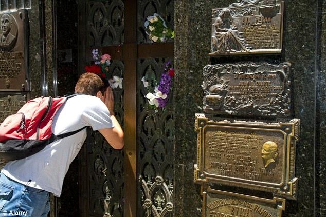 'Du lich tham hoa' ngay cang hut khach hinh anh 5 Du khách nhìn vào trong mộ phu nhân Eva Peron tại nghĩa trang