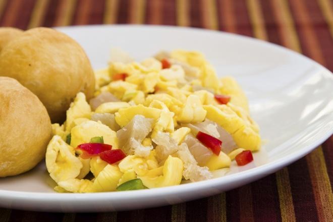 Nhung mon dac san co the gay chet nguoi hinh anh 8 Phần màu vàng được dùng để làm món đặc sản của Jamaica – hạt Ackee và cá kho mặn.