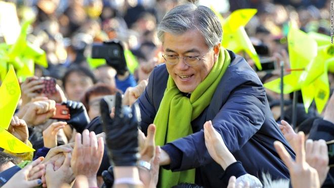 Nhung dieu la lung o Han Quoc hinh anh 12 Người dân rất yêu thích các chiến dịch vận động tranh cử: Trên những đường phố nhộn nhịp của Jeju và Busan, bạn có thể bắt gặp những nhóm người vận động tranh cử cầm biển và phát tờ rơi. Các xe gắn loa phát thông điệp tranh cử qua lại trên phố.  Thậm chí các ứng viên còn tới tận quán ăn, trò chuyện với các du khách bằng tiếng Anh.