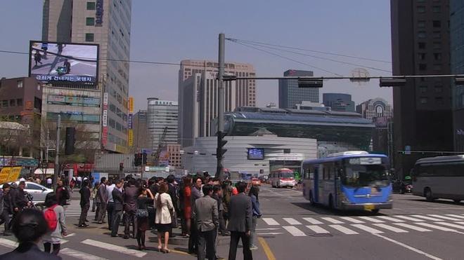 Nhung dieu la lung o Han Quoc hinh anh 8 Người đi bộ tuyệt đối tuân thủ luật giao thông: Khách bộ hành sẽ không sang đường nếu không có chưa có đèn báo. Dù đường có vắng tới mức nào, họ vẫn kiên nhẫn đợi đèn tín hiệu.