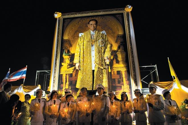 7 dieu la lung o Thai Lan hinh anh 1 Chế giễu Hoàng gia Thái Lan là phạm pháp: Dù là một người hay đùa tới đâu, bạn cũng nên giữ mồm giữ miệng khi ở Thái bởi quốc gia này có luật lệ rất nghiêm khắc về các vấn đề liên quan tới hoàng gia. Những người chế giễu hay đùa về đức vua, các thành viên trong hoàng tộc... sẽ phải đối mặt với những án phạt nặng nề