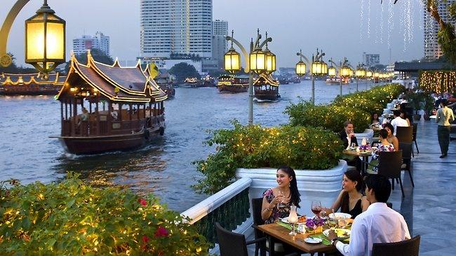7 dieu la lung o Thai Lan hinh anh 6 Cởi trần nơi công cộng ở thành phố là phạm pháp: Dù Thái Lan là một địa điểm du lịch nổi tiếng, bạn nên cẩn thận trong vấn đề ăn mặc. Tuy cảnh sát không bắt phạt dân địa phương hay du khách tắm nắng ở những bãi biển, nếu ở thành phố, bạn sẽ phải đối mặt với một khoản phạt không nhỏ khi cởi trần.