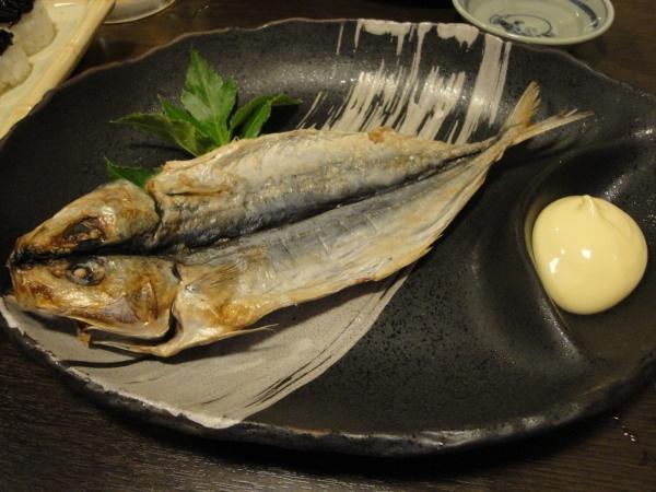 Kusaya (cá thối): Những người không chịu nổi món đậu thối Natto có lẽ phải đeo mặt nạ với món này. Bề ngoài của  món Kusaya khá bình thường, hơi giống cá hồi hun khói. Nhưng khi ăn, có lẽ bạn sẽ phải chạy thẳng vào nhà vệ sinh. Đây là món ăn truyền thống của đảo Izu, trong đó người dân để nhiều loại cá trong nước biển, để chúng lên men trong vài ngày. Tuy nhiên, loại nước này được dùng đi dùng lại, từ năm này qua năm khác, khiến cá có một  mùi vị không thể đặc biệt hơn.