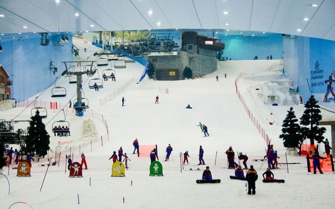V5. Dốc trượt tuyết trong siêu thị: Khó ai có thể tưởng tượng ra cảnh trượt tuyết ở một nơi nắng nóng quanh năm như Dubai. Hẳn các du khách sẽ rất kinh ngạc khi tới khu trượt tuyết trong nhà Ski Dubai, khu này nằm trong siêu thị Emirates – một trong những siêu thị lớn nhất thế giới.