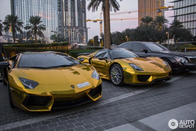 9. Xe dát vàng: Siêu xe là quá bình thường ở Dubai, do đó giới giàu có còn tiến thêm một bước để thể hiện đẳng cấp của mình, đó là dát vàng toàn bộ xe.